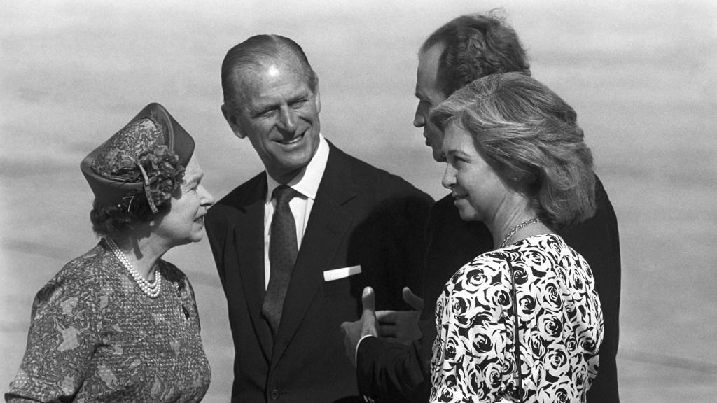 #Perfil Felipe de Edimburgo, unos pasos por detrás de Isabel II - Príncipe Felipe con la reina Isabel II y los reyes de España. Foto de EFE
