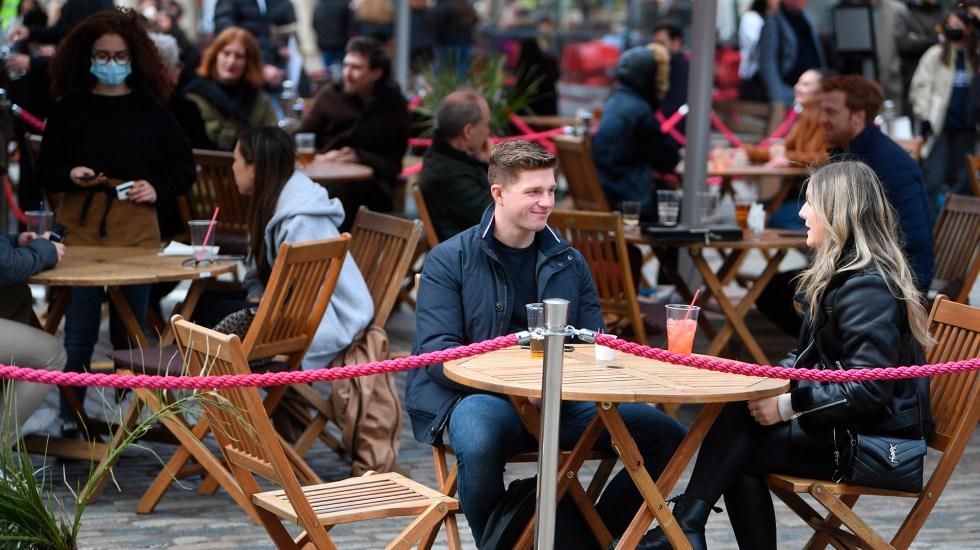 """""""Esta pandemia está lejos de terminar"""": OMS advierte por aumento de casos y muertes - Reapertura del sector restaurantero en Reino Unido en medio de pandemia de COVID-19. Foto de EFE"""