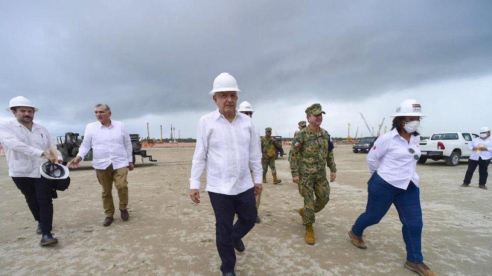 Tras reunión de OPEP, la gasolina no subirá de precio: López Obrador - Foto ilustrativa del presidente López Obrador durante una gira, en junio de 2020, por la refinería de Dos Bocas, en Tabasco. Foto de Presidencia.