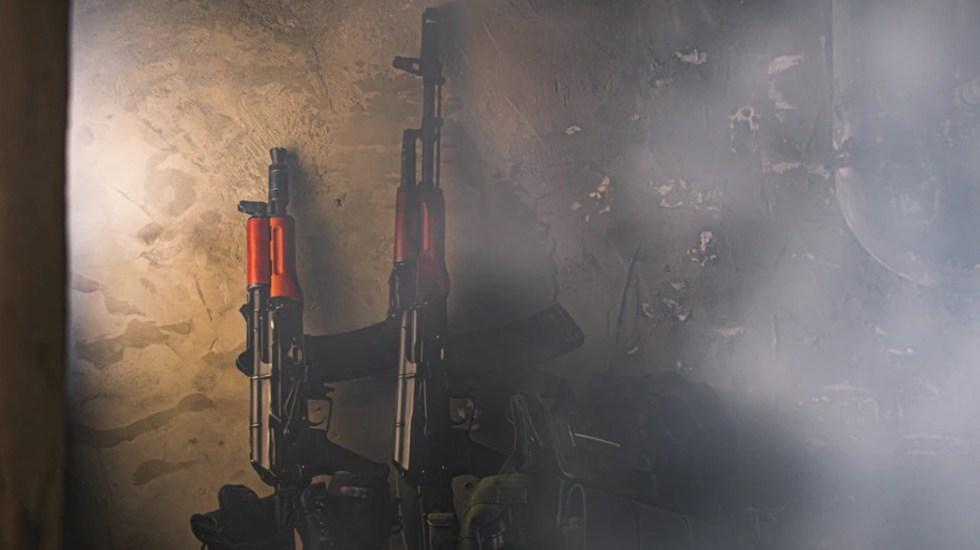 Detienen a joven que portaba un Kalashnikov en el Metro de Nueva York - La Policía de Nueva York detuvo a un hombre de 18 años que portaba un rifle de asalto AK-47, Kalashnikov . Foto de Dominik Sostmann @doso7