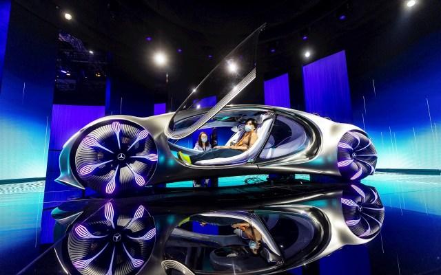Salón del automóvil de Shanghái - Una visitante toma asiento en el prototipo Mercedes Avatar exhibido en el ámbito del Salón del Automóvil de Shanghái, China, este martes. Foto de EFE/ALEX PLAVEVSKI.