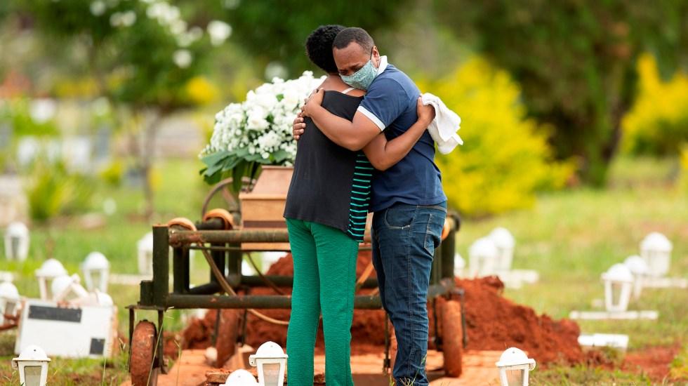 OMS advierte sobre nuevo pico de la pandemia en Latinoamérica - Sepelio en Brasil de víctima de COVID-19. Foto de EFE