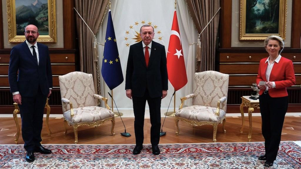 Presidenta de la Comisión Europa se queda sin silla durante encuentro con presidente turco - La reunión con Ursula Von der Leyen. Foto de EFE