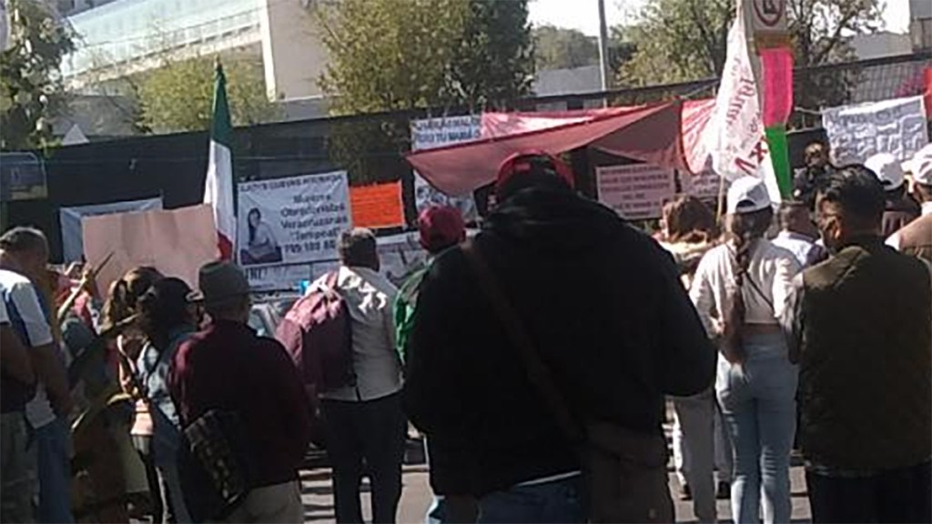 Simpatizantes de Félix Salgado Macedonio protestan contra el INE en Periférico Sur - Simpatizantes de Félix Salgado Macedonio se manifiestan frente al INE. Foto de @OVIALCDMX
