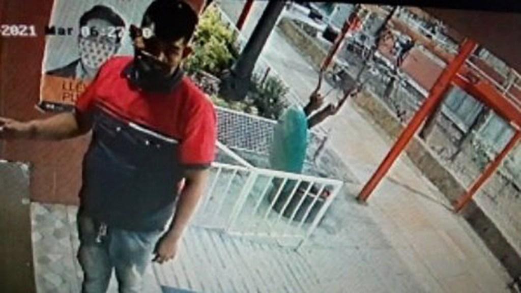 #Video Sujeto golpea con piedra a vecina de Tlatelolco para robarle el celular - Sujeto que golpeó a mujer con piedra en Tlatelolco. Captura de pantalla