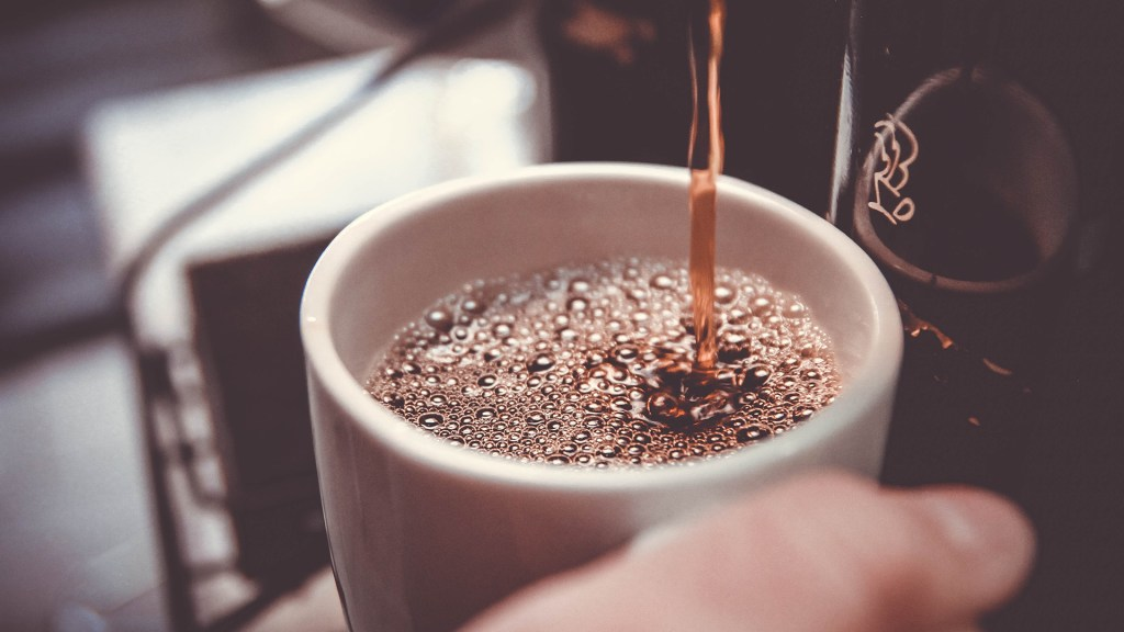 Beber más de 2 tazas de café al día reduce 44 por ciento la muerte, según estudio - Taza de café. Foto de John Schnobrich / Unsplash