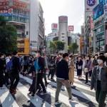 Japón ampliará estado de emergencia por COVID-19 a tres prefecturas más - Transeúntes en Tokio, Japón, durante cuarta ola de COVID-19. Foto de EFE