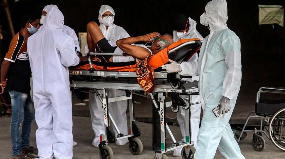 India supera los 15 millones de casos entre nuevos récords y confinamientos - Traslado en India, a hospital, de paciente con COVID-19. Foto de EFE