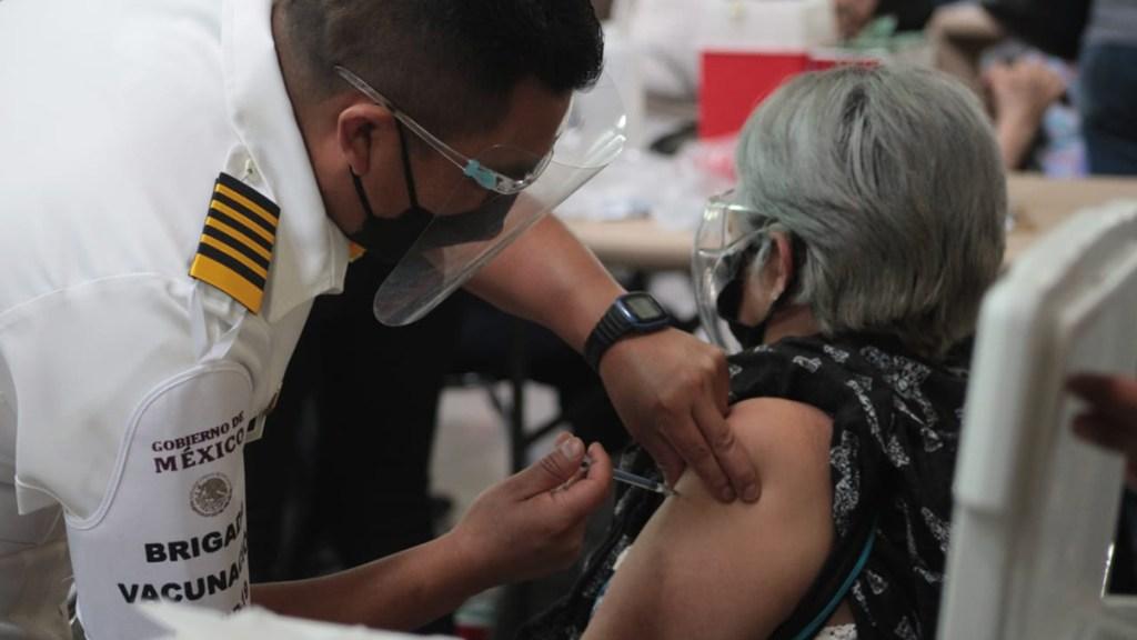 Vacunación contra COVID-19 de adulta mayor en Ciudad de México. Foto de @SSaludCdMx