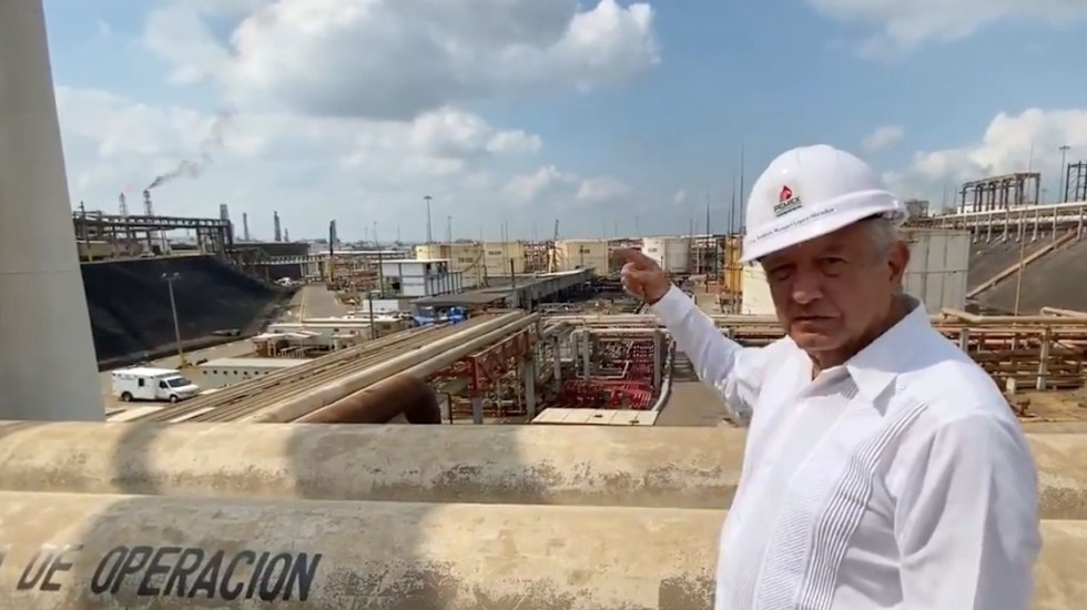 Refinería de Minatitlán vuelve a producir gasolina a un mes de incendio, asegura AMLO - Trabajadores de Pemex evitaron tragedia en refinería de Minatitlán, asegura AMLO. Foto tomada de video