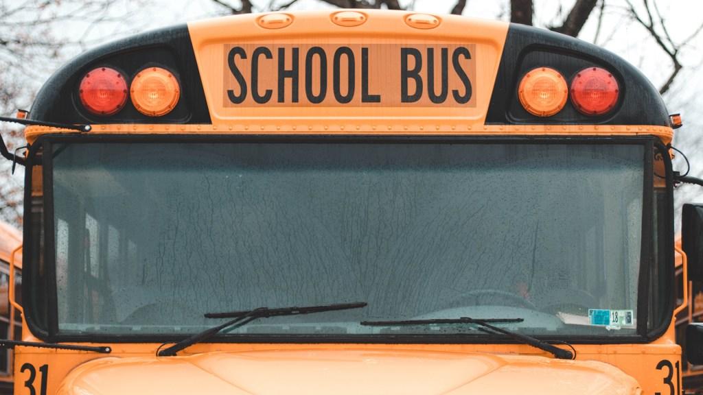 Nueva York reabrirá por completo las escuelas públicas en septiembre - Autobús escolar. Foto de Austin Pacheco / Unsplash