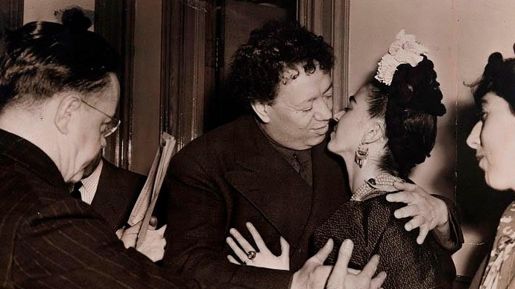 Subastarán fotografías cotidianas e icónicas de la vida de Diego Rivera - Beso de bodas de Diego Rivera y Frida Kahlo. Foto de EFE