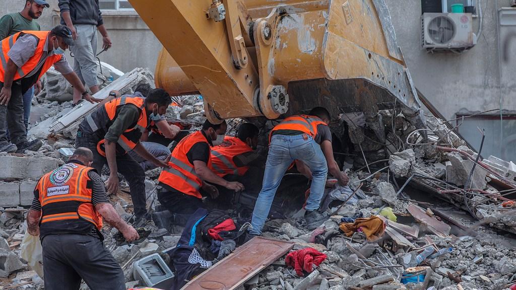 ONU pide detener la violencia en Medio Oriente, pero sin unidad entre potencias - Búsqueda de personas atrapadas entre escombros en la ciudad de Gaza tras ataques israelíes. Foto de EFE