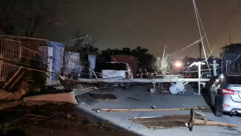 Tormenta en Nuevo Laredo deja sin luz a 157 mil usuarios - Caída en Nuevo Laredo de infraestructura de energía eléctrica. Foto de CFE