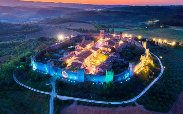 Castillo en azul para celebrar el Día de Europa - Los muros del castillo de Monteriggioni se iluminan de color azul para celebrar el Día de Europa, en Monteriggioni, región de la Toscana, Italia central. El Día de Europa conmemora la paz y la unidad en Europa. La fecha marca el aniversario de la histórica declaración del 9 de mayo de 1950, cuando el ministro de Asuntos Exteriores francés, Robert Schuman, anunció la creación de una Comunidad Europea del Carbón y del Acero (CECA). Foto de EFE