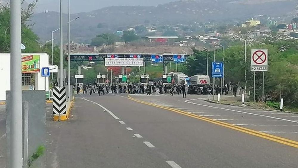 En Chiapas detienen a 95 presuntos estudiantes normalistas - Chiapas estudiantes normalistas desalojo caseta