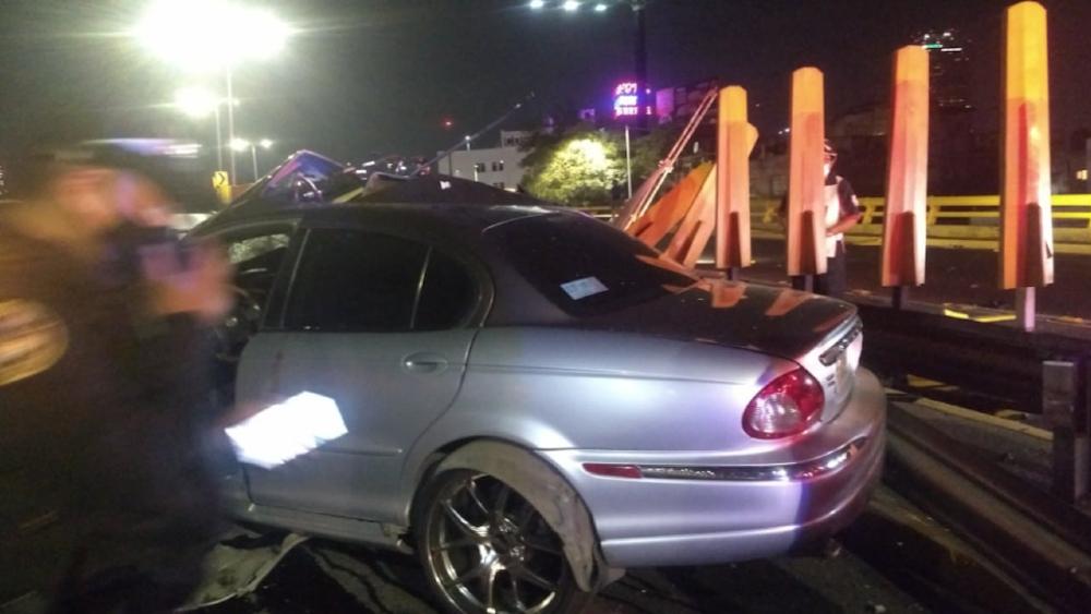 Conductor abandona auto de lujo tras accidente automovilístico en CDMX - choque Circuito Interior CDMX auto