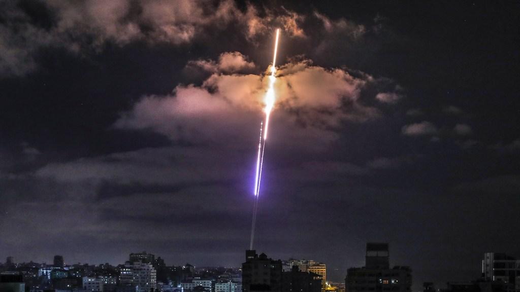 Sin perspectivas de un fin inmediato a la crisis entre Israel y Hamás - Cohete disparado desde Gaza hacia Israel. Foto de EFE