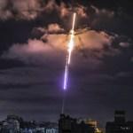 Israel y Gaza entran en segunda semana de escalada bélica - Cohete disparado desde Gaza hacia Israel. Foto de EFE