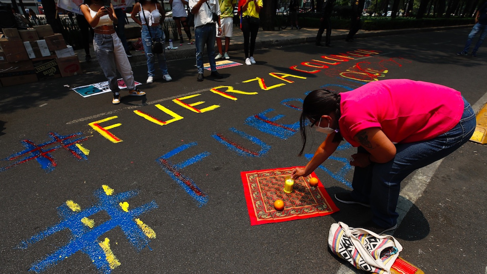 Protestan en la Embajada de Colombia en México contra la represión. Foto de EFE