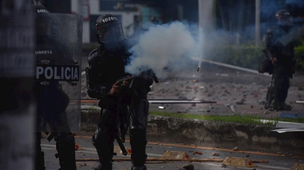 Una semana de pesadilla en America Latina - Manifestantes se enfrentan con miembros del Escuadrón Móvil Antidisturbios (ESMAD) durante las protestas, el 3 de mayo de 2021, en Cali (Colombia). Foto de EFE/Ernesto Guzmán Jr.