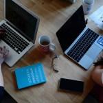'Home office' causó más estrés en mujeres que en hombres en familias con personas dependientes - Computadoras mujeres trabajo empleo Google