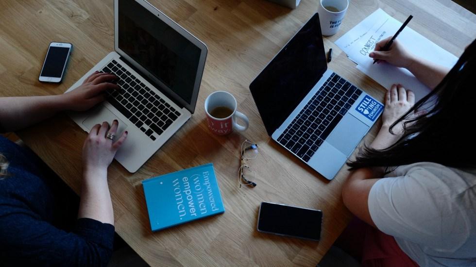 Google convoca a universitarios a capacitarse en 'CampInclusión' - Computadoras mujeres trabajo empleo Google
