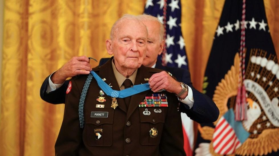 Condecoran a Ralph Puckett, quien protegió a su batallón durante la Guerra de Corea - De correr delante de las balas en Corea a ser homenajeado por Biden. Foto de EFE