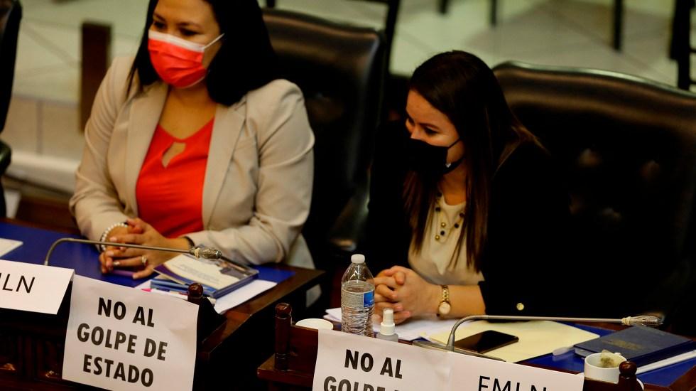 EE.UU. expresa 'profunda preocupación' por situación en El Salvador - Diputadas opositoras en protesta contra las destituciones en el Supremo de El Salvador. Foto de EFE