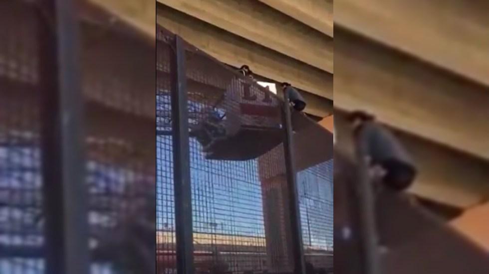 #Video Embarazada queda atrapada al intentar cruzar muro fronterizo con EE.UU. - Embarazada atrapada en lo alto del muro fronterizo. Captura de pantalla