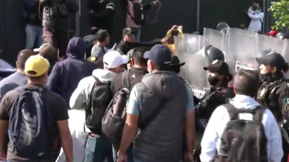 Ex policías federales se enfrentan en Circuito Interior con agentes capitalinos - Enfrentamiento entre ex policías federales y agentes capitalinos. Foto de Foro Tv