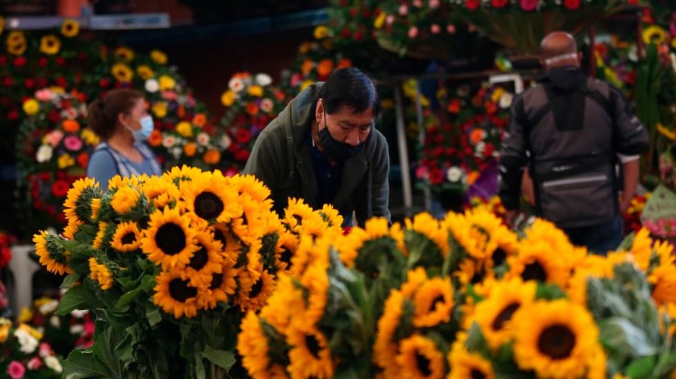 Día de las Madres se recupera en México con la vacuna y caída de contagios - Flores en Mercado de Jamaica por Día de las Madres. Foto de EFE