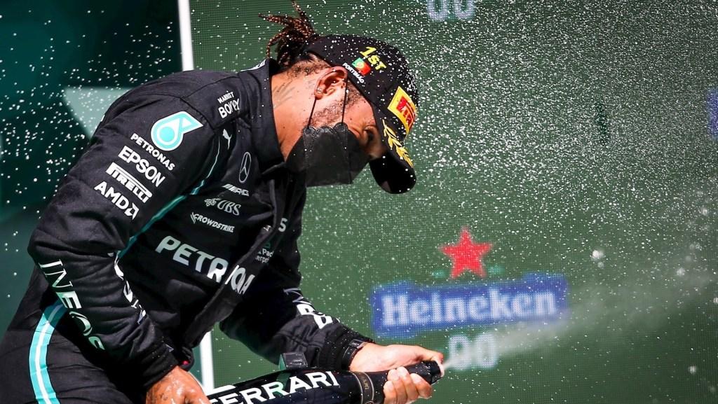 Reflejos del Gran Premio de Portugal 2021 - El piloto de Fórmula Uno británico Lewis Hamilton, de Mercedes-AMG Petronas, celebra en el podio tras ganar el Gran Premio de Portugal de Fórmula Uno de 2021 en el Autodromo Internacional do Algarve cerca de Portimao, Portugal. Foto de EFE/ EPA/ JOSE SENA GOULAO.