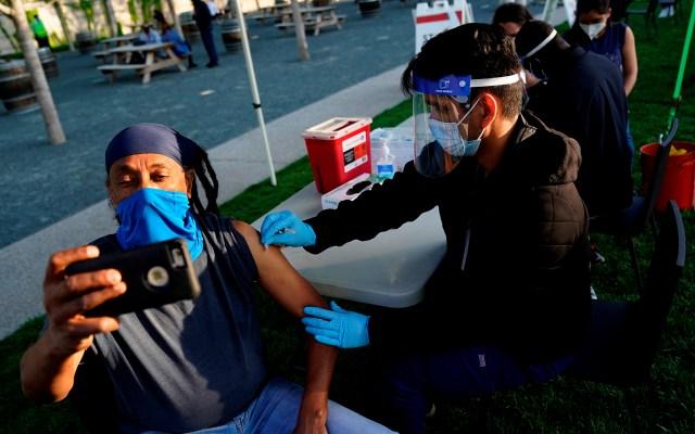 El turismo de vacunas se abre paso de Latinoamérica a Estados Unidos - Hombre graba su vacunación contra COVID-19 en EE.UU. Foto de EFE