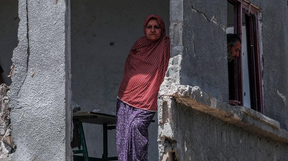 Tensión en el primer día del alto al fuego entre Israel y Hamas - Hombre regresa a su casa destruida en la ciudad de Gaza, tras alto al fuego. Foto de EFE
