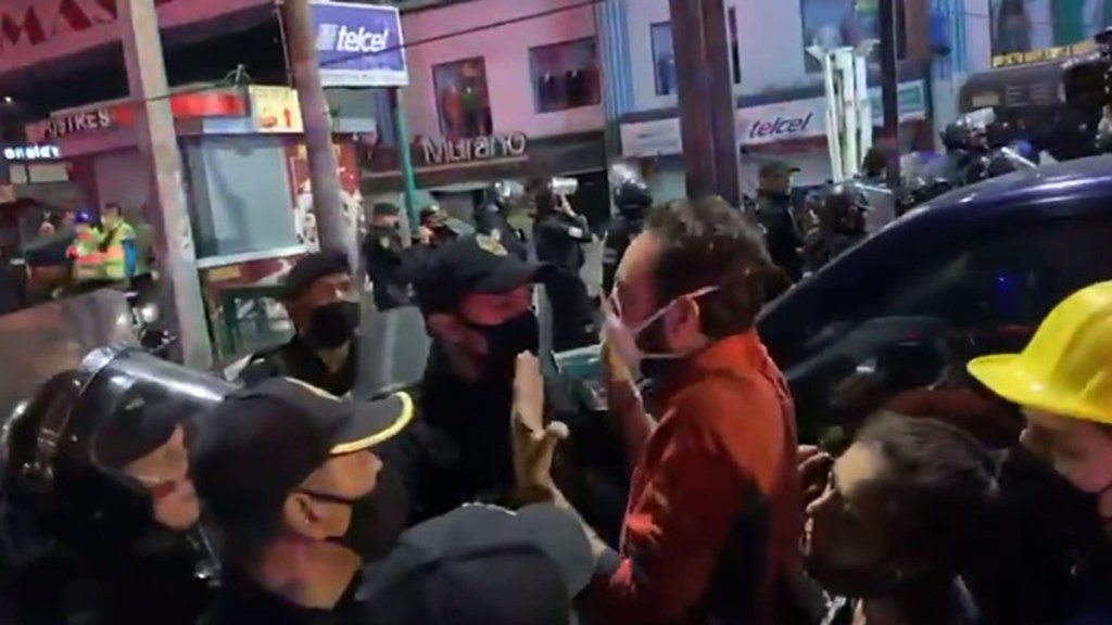 #Video Impiden paso a Andrés Lajous a zona de colapso del Metro; soy secretario de Movilidad, insistió - Impiden acceso a Andrés Lajous a zona de colapso del Metro. Captura de pantalla