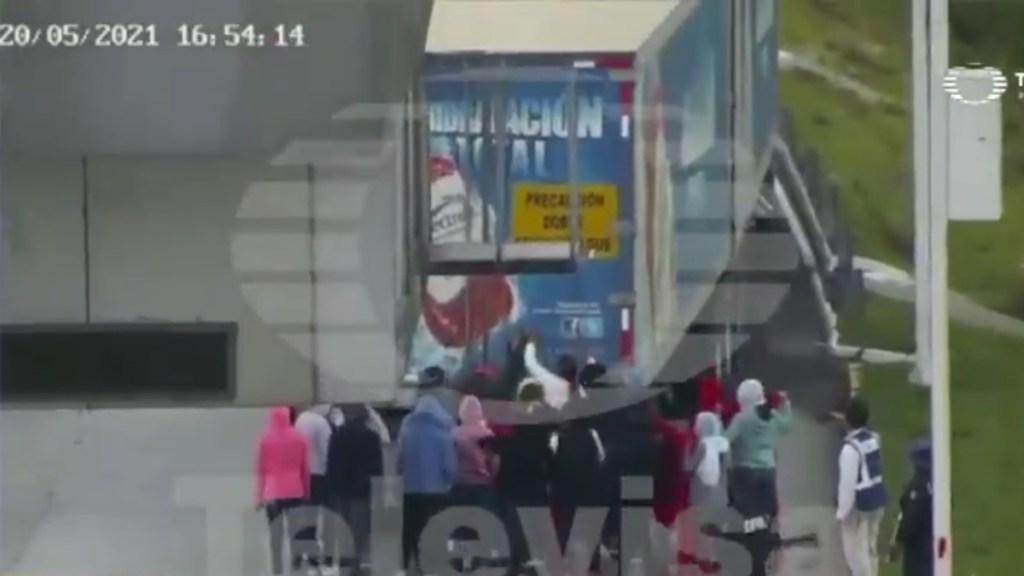 #Video Normalistas mueren en Tlaxcala tras arrojarse de tráiler - Intento de saqueo de tráiler en Tlaxcala que dejó dos normalistas muertas. Foto de Televisa Puebla