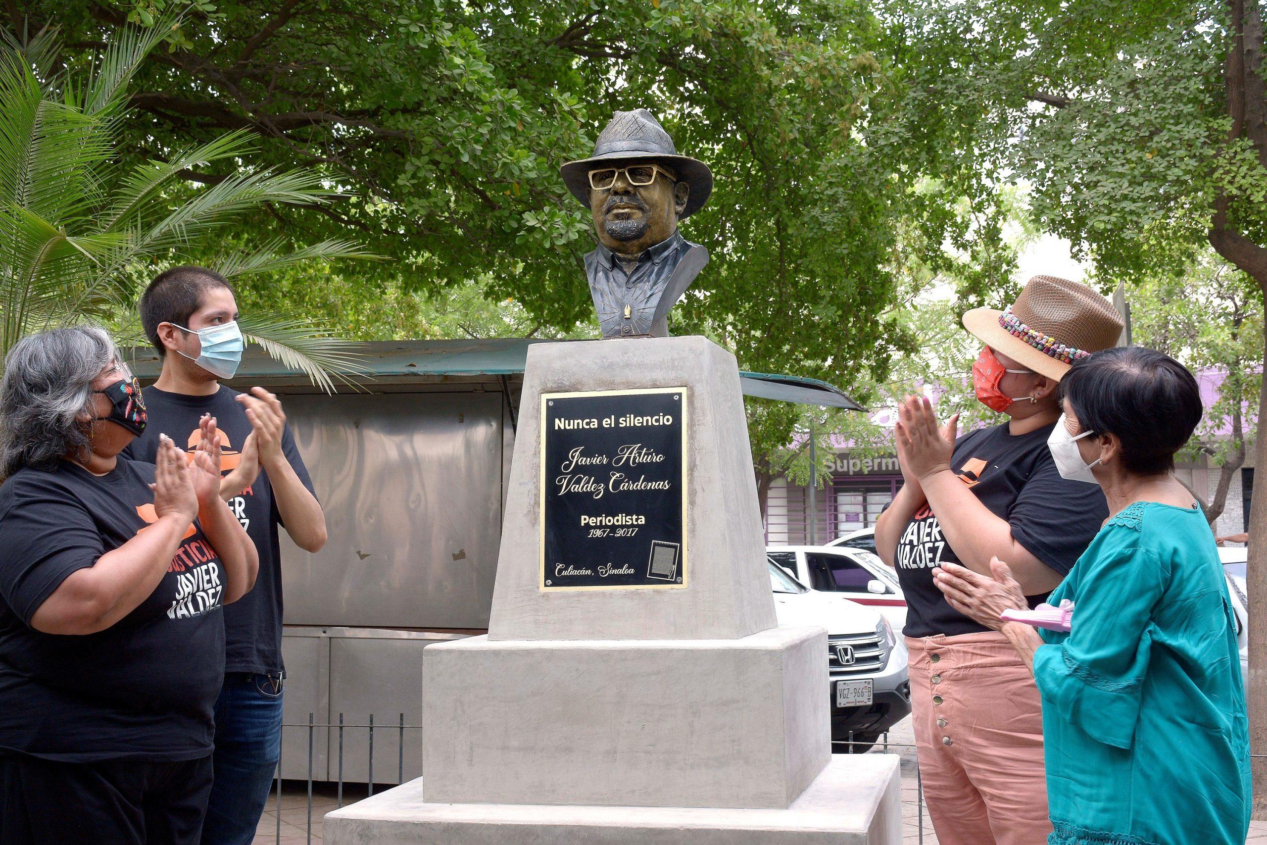 Familiares y amigos develan el busto del reportero Javier Valdéz, en su cuarto aniversario luctuoso, en Culiacán, Sinaloa. Foto de EFE/Juan Carlos Cruz.