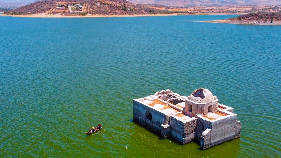 México, en alerta severa por sequía intensa - Una iglesia en el estado de Guanajuato sobrevive entre el agua y peces como único testigo de un pueblo que fue inundado hace más de 40 años y que ahora, a raíz de las sequías que afectan a México, ha quedado de nuevo al descubierto. Foto de EFE