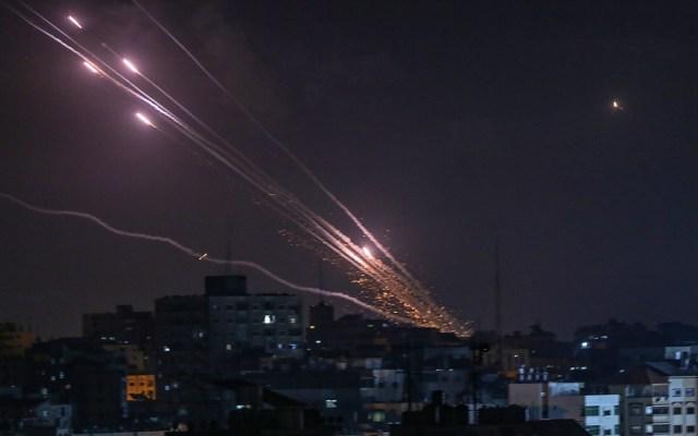 Milicias de Gaza han disparado 3 mil 350 cohetes, según Israel - Lanzamiento de cohetes desde Gaza hacia Israel. Foto de EFE