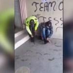 #Viral Policía ecuatoriano regala sus botas en plena calle a migrante colombiano