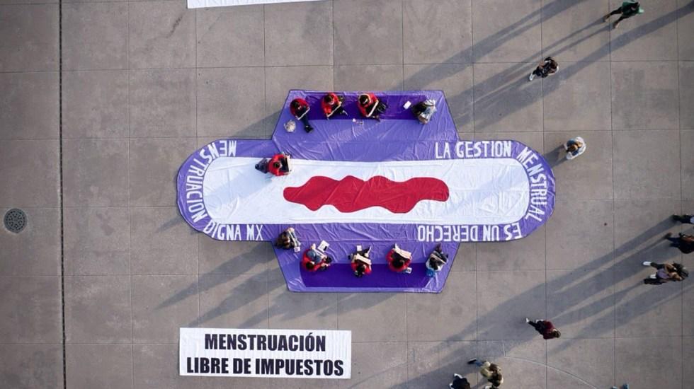 #Video Exigen con toalla sanitaria gigante en el Zócalo menstruación libre de impuestos - Manifestación en el Zócalo por una menstruación libre de impuestos. Foto de @digna_mx