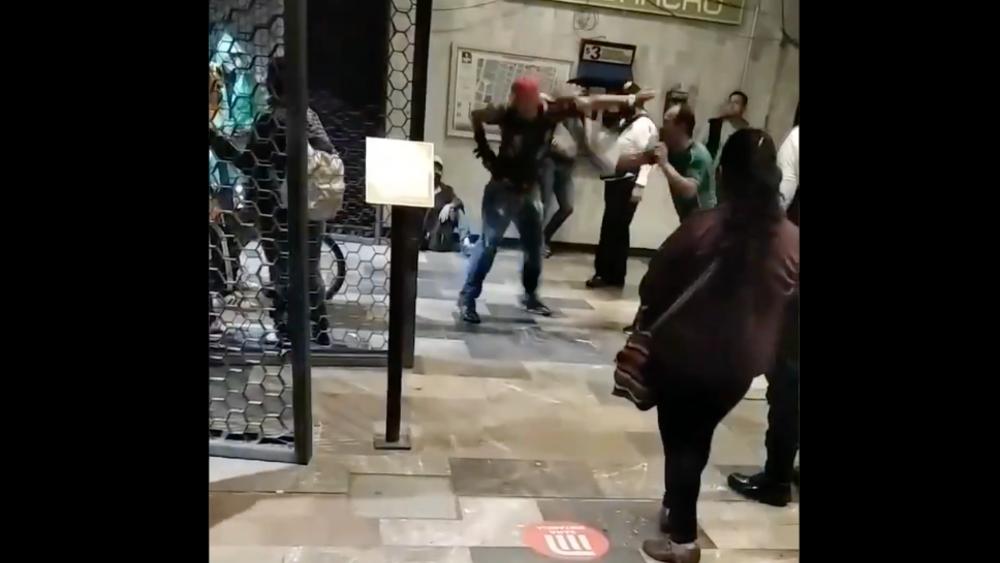#Video Sujetos pelean en Metro de CDMX ante la mirada de policías - Metro Guerrero pelea sujetos CDMX