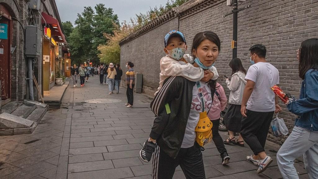"""China reducirá abortos que no sean por """"necesidad médica"""" para aumentar población joven - Mujer con su hijo en China. Foto de EFE"""