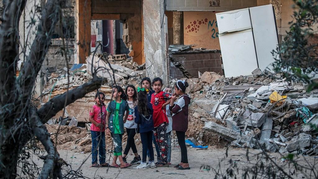 Israel y Hamás aceptan reunirse en El Cairo para afianzar tregua - Niños entre escombros de sus casas en Gaza, destruidas por ataque israelí. Foto de EFE