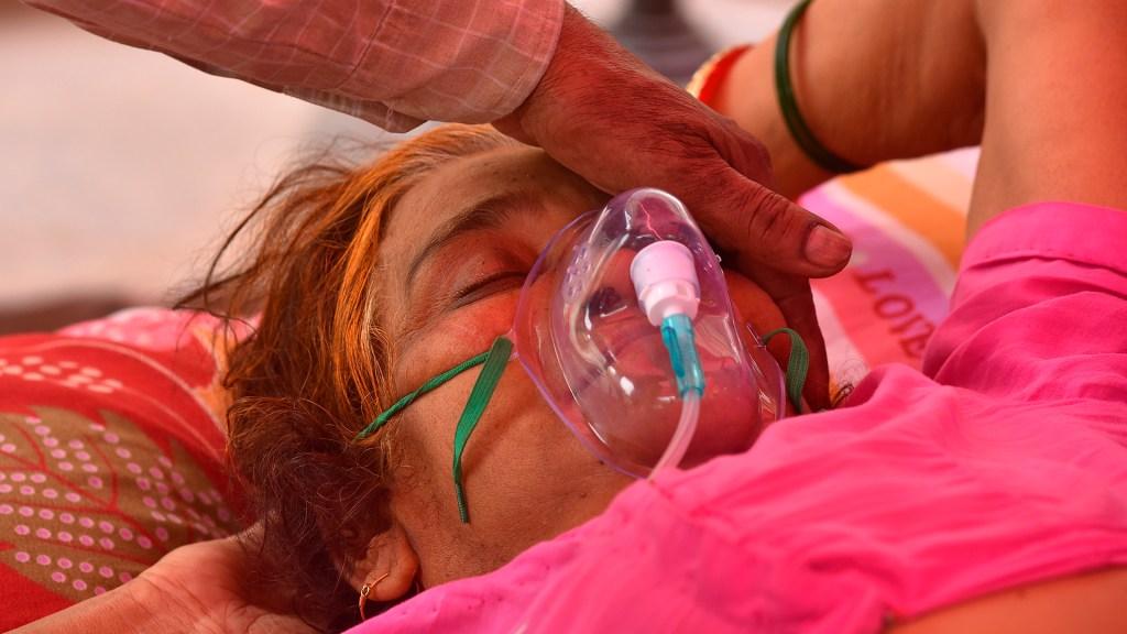OMS reclasifica la variante india de COVID-19 como de 'preocupación' - Paciente de COVID-19 en India. Foto de EFE