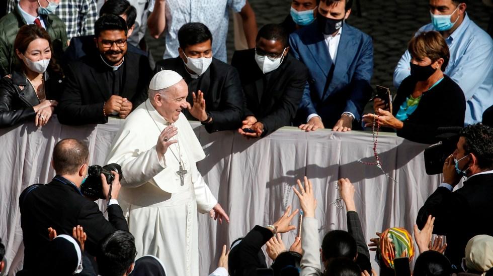 """El papa, feliz por volver a estar entre los fieles y """"no hablar a una cámara"""" - Papa Francisco saluda a fieles previo a audiencia general. Foto de EFE"""