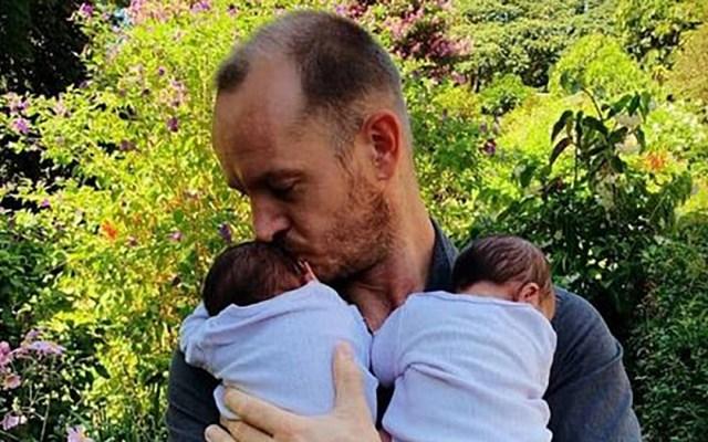 Namibia concede la entrada al país a bebés de pareja gay namibio-mexicana - Phillip Lühl con sus bebés. Foto de @IOL
