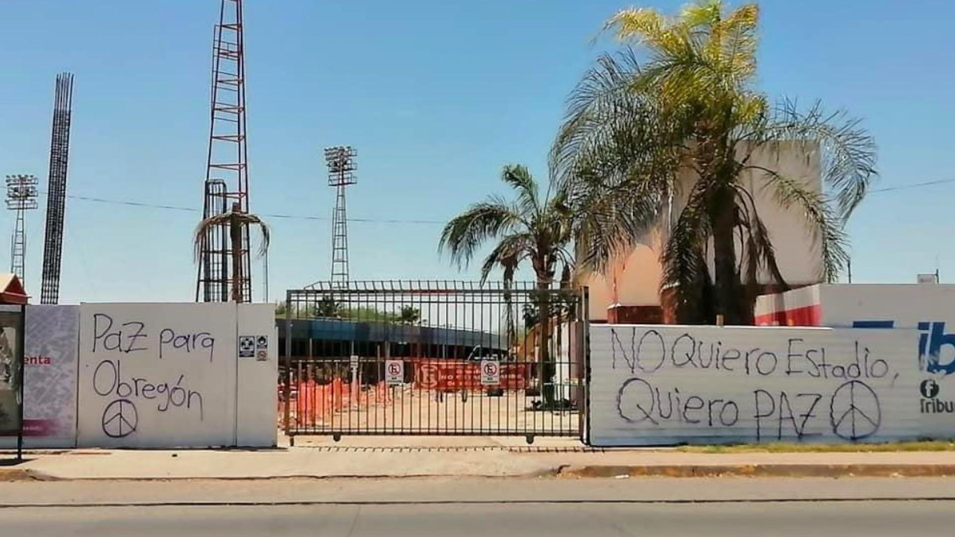 """""""No quiero estadio, quiero paz para Obregón"""": realizan pintas en escuelas de beisbol de Cajeme. Foto de @michelleriveraa"""