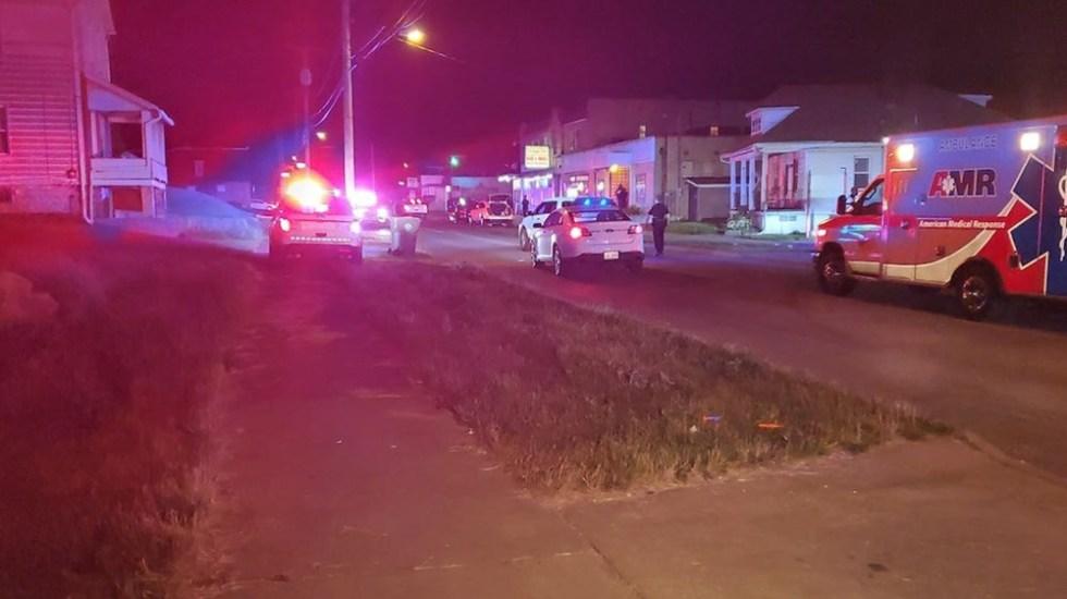 Tiroteo en bar de Ohio deja tres muertos y cinco heridos - Policías y paramédicos en Youngstown tras tiroteo. Foto de WFMJ